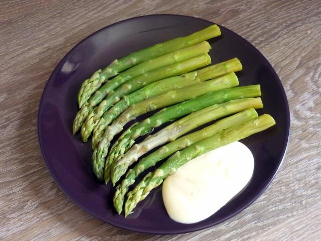 Asperges vertes et sauce mousseline